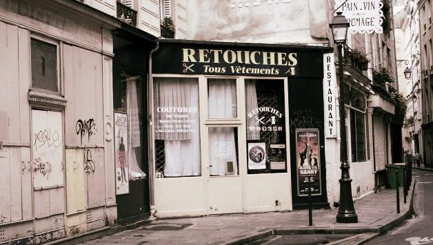 Belettering op een Franse kapperszaak