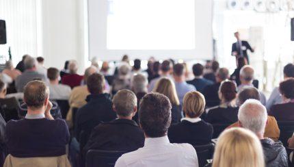 spreker is aan spreken voor een grote groep