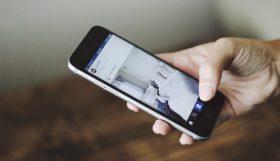 een website weergegeven op een smartphone