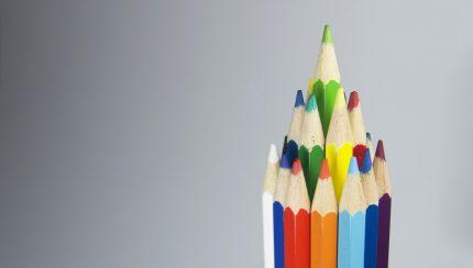 het uitdelen van potloden op een beurs