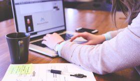 Vrouw op laptop bezig met content marketing