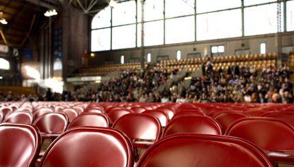 Foto van stoelen in een ruimte waar een beurs wordt gehouden