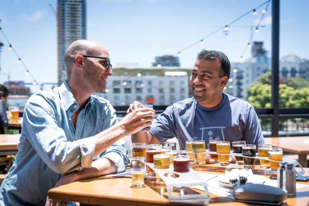 2 mannen op een netwerkborrel in de zon met verschillende biersmaken