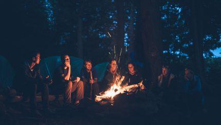 Groot kampvuur met een groep